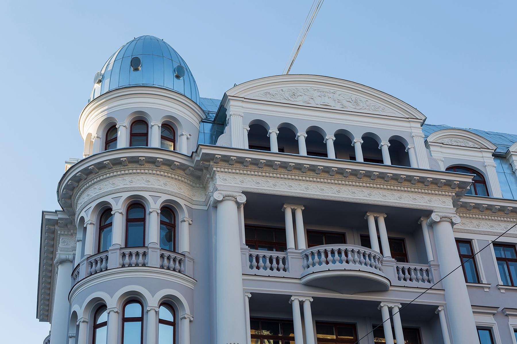 """Tetera nams (bijusī """"Stūra māja"""") pēc fasādes dekoratīvo elementu restaurācijas un vēsturiskā krāsojuma atjaunošanas 2015. gadā."""
