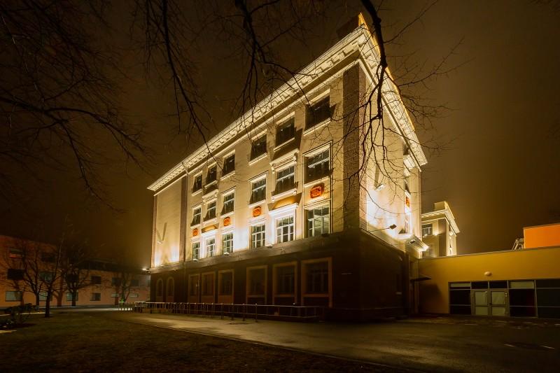 [02] Fasāde nakts apgaismojumā (Rīgas Teikas vidusskola)