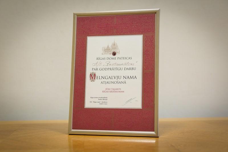 """Rīgas domes pateicība AS """"Restaurators"""" par godprātīgu darbu Melngalvju nama atjaunošanā."""
