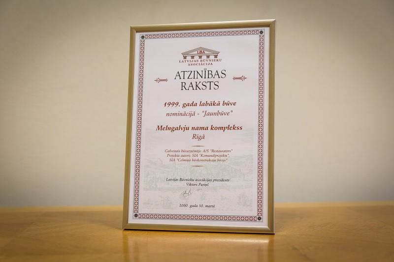 """Konkursa """"Gada labākā būve [Latvijā] 1999"""" atzinību nominācijā """"Jaunbūve"""" AS """"Restaurators"""" saņēma 2000. gada 30. martā. Šis apbalvojums tika piešķirts par 1999. gadā atjaunoto Melngalvju nama kompleksu, kas atrodas Rīgā, Rātslaukumā 7."""