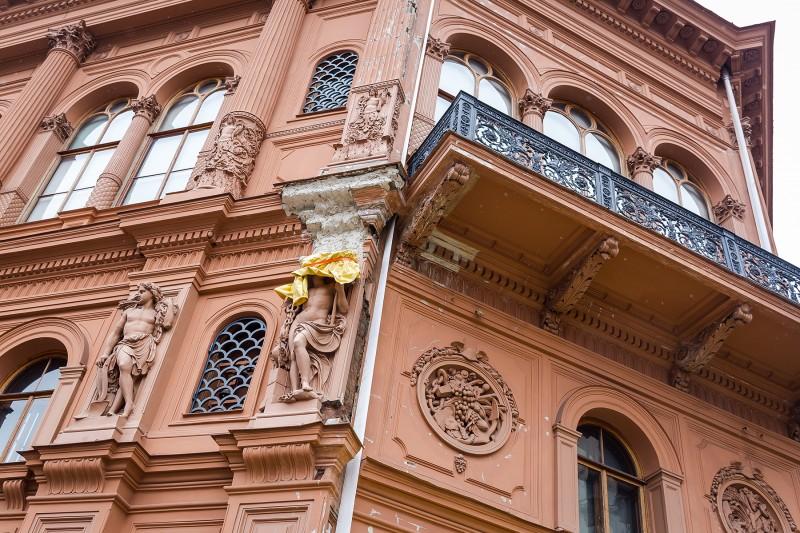 """Mākslas muzejs """"Rīgas Birža"""" fasādes remontdarbu laikā, kurus 2016. gadā veica AS """"Būvuzņēmums Restaurators""""."""