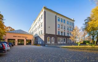 Atjaunota Rīgas Teikas vidusskolas fasāde